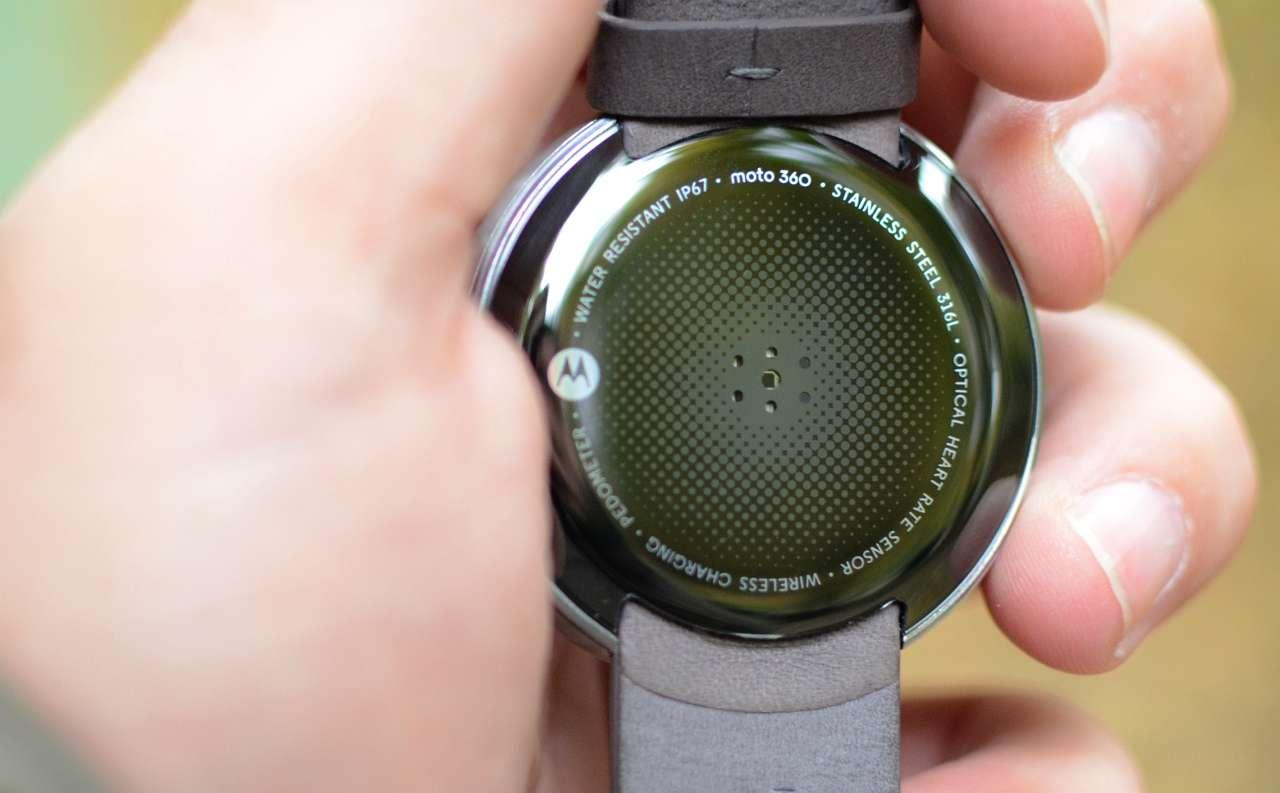 Ceasul Motorola este certificat IP67, adica este rezistent la praf si la scufundarea in apa pana la o adancime de 1 metru, timp de 30 de minute.