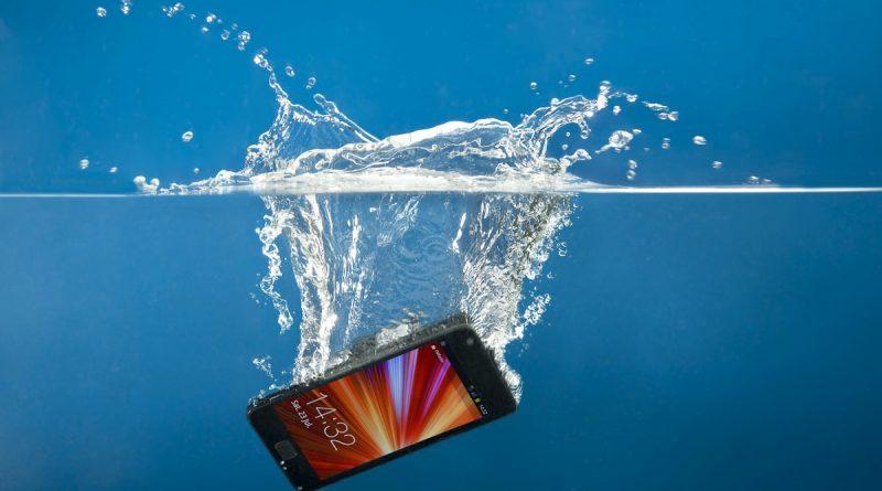 Smartphone rezistent la apa